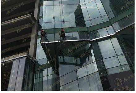 蜘蛛人作业安装玻璃