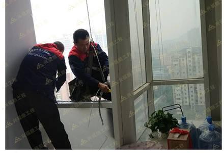 高空作业安装玻璃